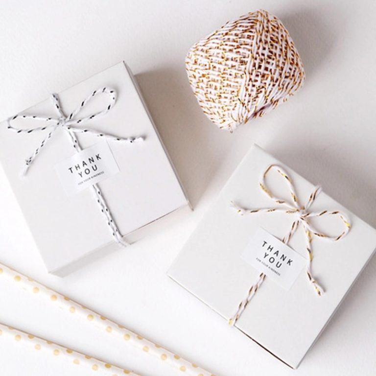 Een mooi lint maakt van zelfs een wit doosje een elegant geschenk.